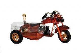 Abb. eines Holzmodells einer Motorrades mit einem befüllbaren Glaszylinder im Beiwagen.