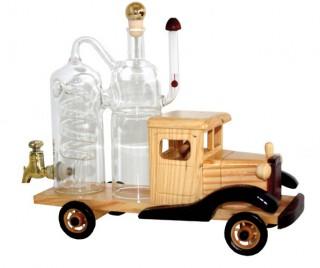 Abb. eines Holzmodells eines LKW mit einer befüllbaren Glasdestille auf der Ladefläche.